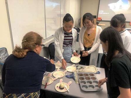 2019.09.17 (6) スージー先生からケーキをいただきました! みんな嬉しそうです.JPG